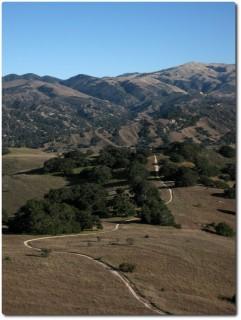 Blick von Laguna Seca zum Toro Park mit Simas Peak und Mount Toro
