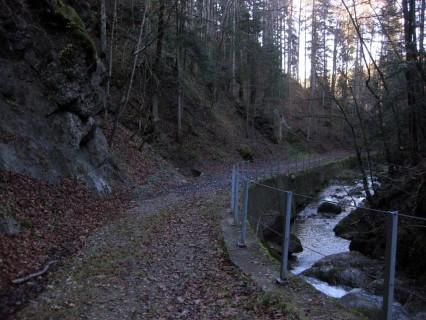 Schottrige Wege auf der Abfahrt